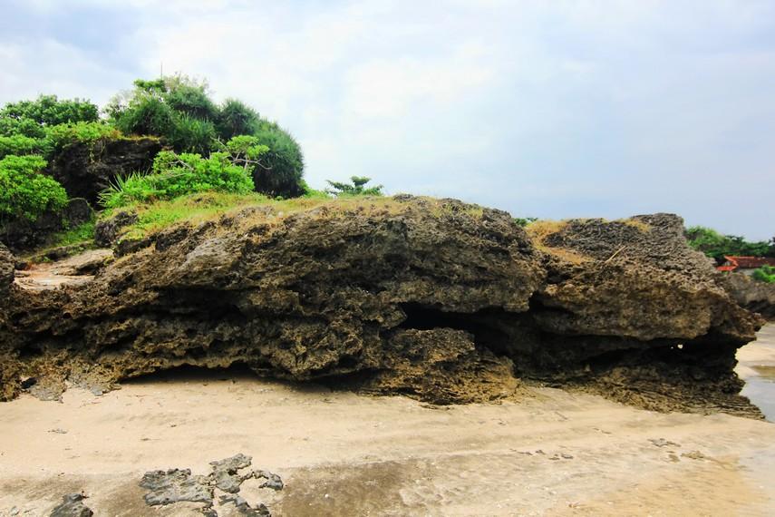 Batu karang yang terdapat di Pantai Sayang Heulang menjadi dekorasi yang indah di pantai ini