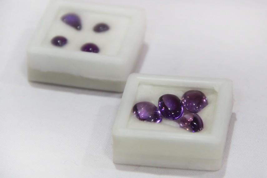 Batu mulia jenis kecubung yang banyak ditemukan di Martapura diolah menjadi perhiasan yang indah dipandang mata