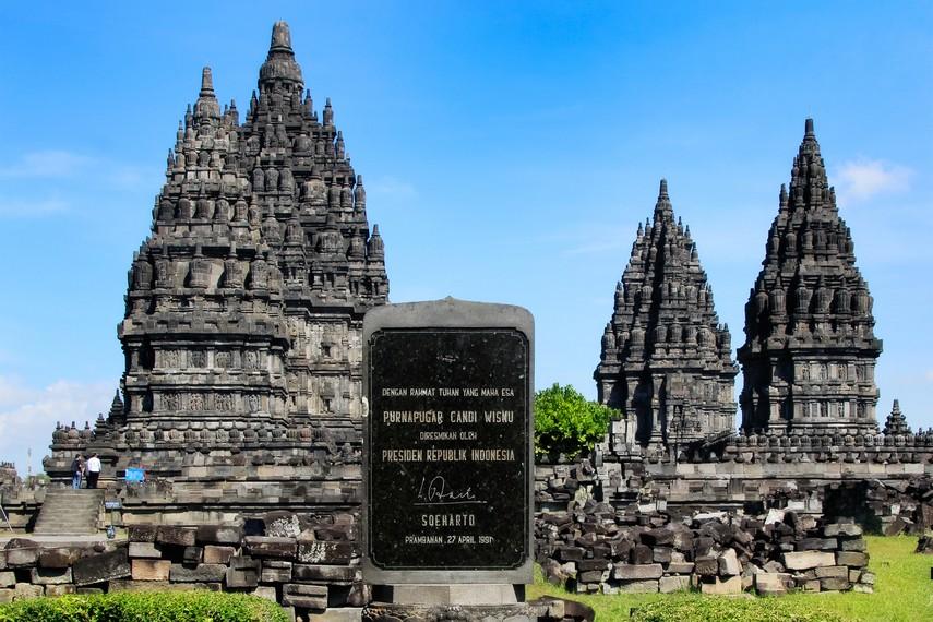 Batu prasasti pemugaran Candi Prambanan yang ditandatangani Mantan Presiden Soeharto