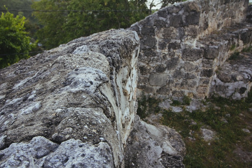 Bebatuan dari benteng konon direkatkan dengan menggunakan putih telur dari burung Maleo yang merupakan burung endemik Sulawesi
