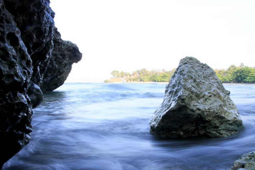 Bebatuan di sudut pantai menjadi dekorasi yang indah bagi para pecinta fotografi
