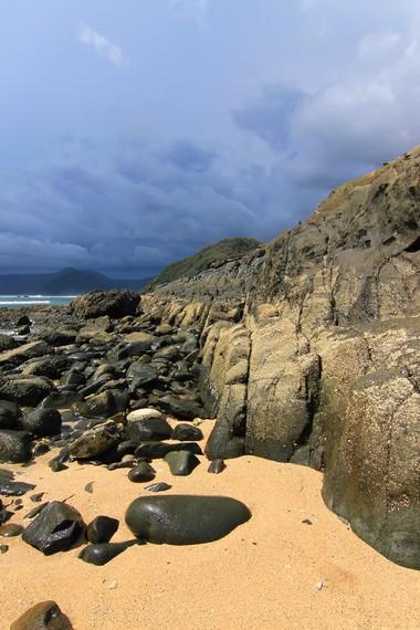 Bebatuan di sudut pantai sangat pas untuk dijadikan objek fotografi