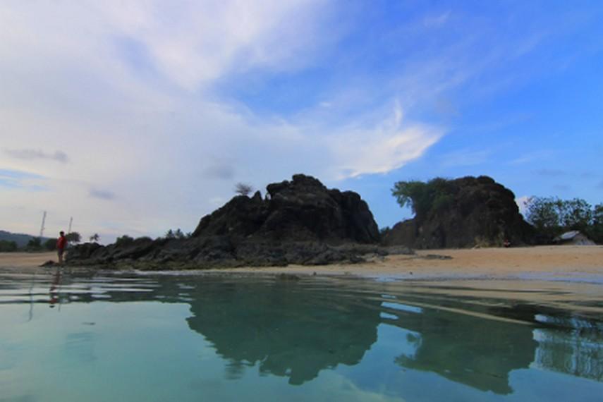 Bebatuan karang yang mendekorasi pantai menjadi lanskap yang indah untuk diabadikan
