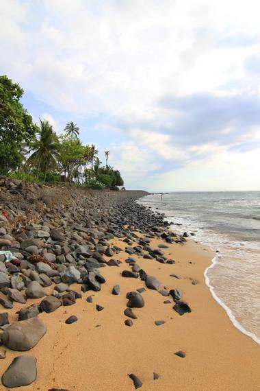 Bebatuan yang disusun untuk mencegah abrasi di sekitar Pantai Senggigi