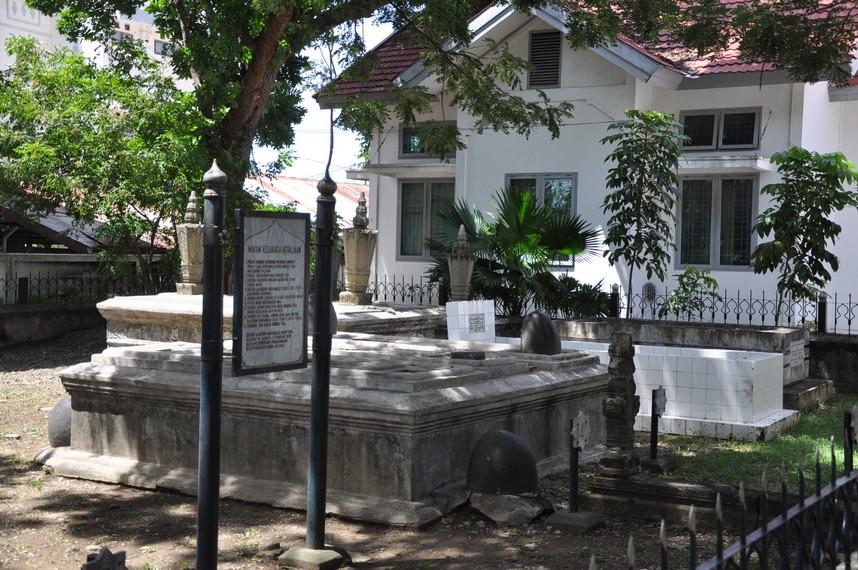 Beberapa Sultan dan anggota keluarga lain dari kesultanan dimakamkan tidak jauh dari Makam Sultan Iskandar Muda