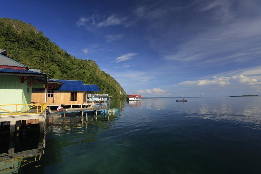 Beberapa bangunan di pinggir pesisir Desa Sawai