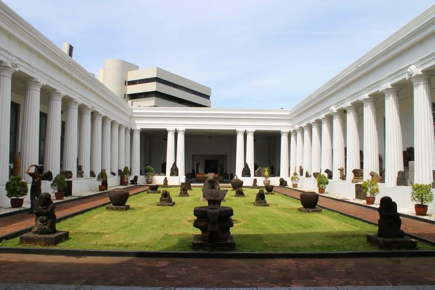 Beberapa koleksi arca yang ada di halaman Museum Nasional