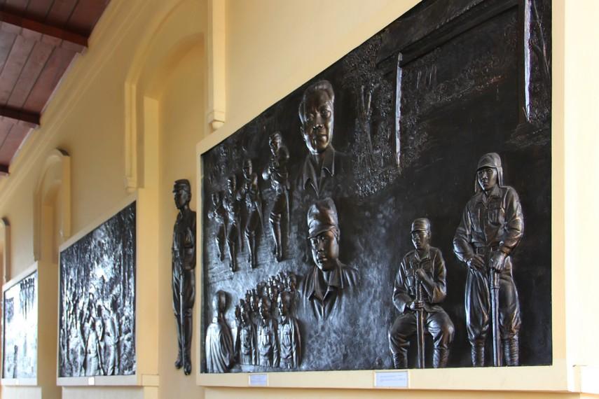 Beberapa relief yang ada di pintu masuk Museum PETA, menggambarkan sejarah perkembangan tentara PETA
