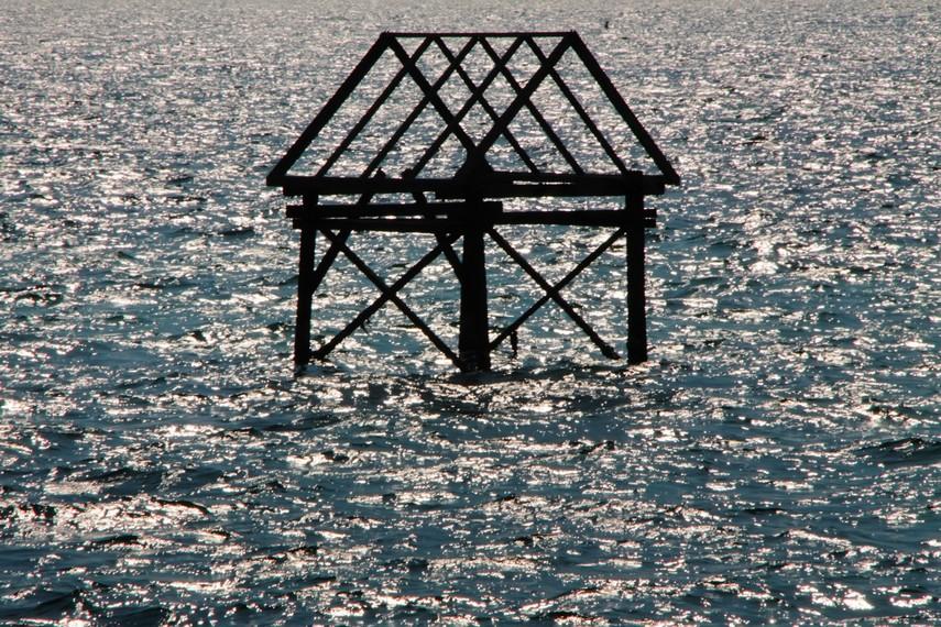 Sisa-sisa bekas dermaga di Pulau Khayangan yang sudah tidak terpakai