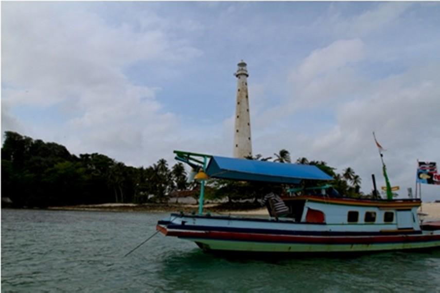 Kapal membawa penumpang menuju Pulau Lengkuas