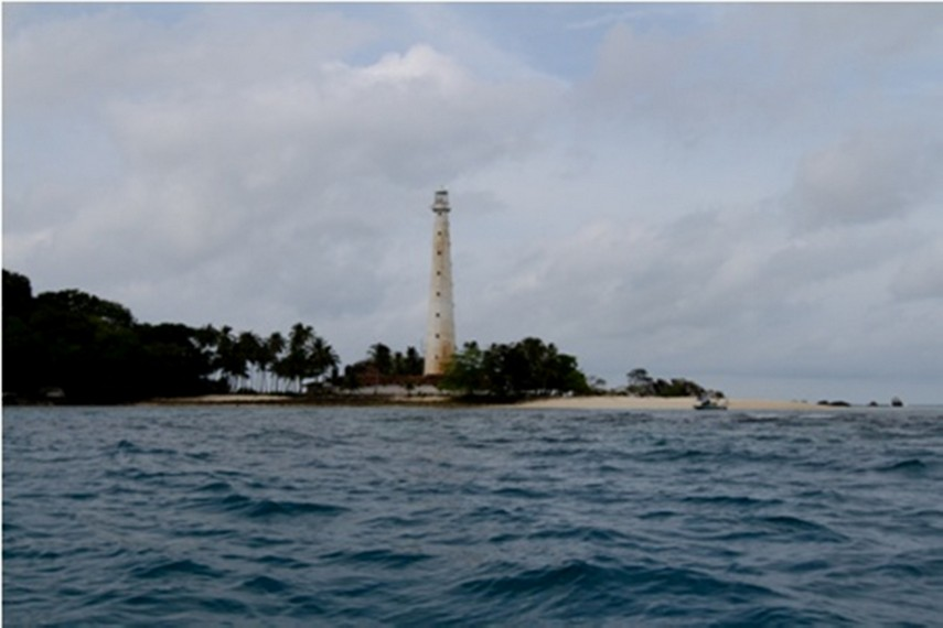 Pulau Lengkuas dari lautan