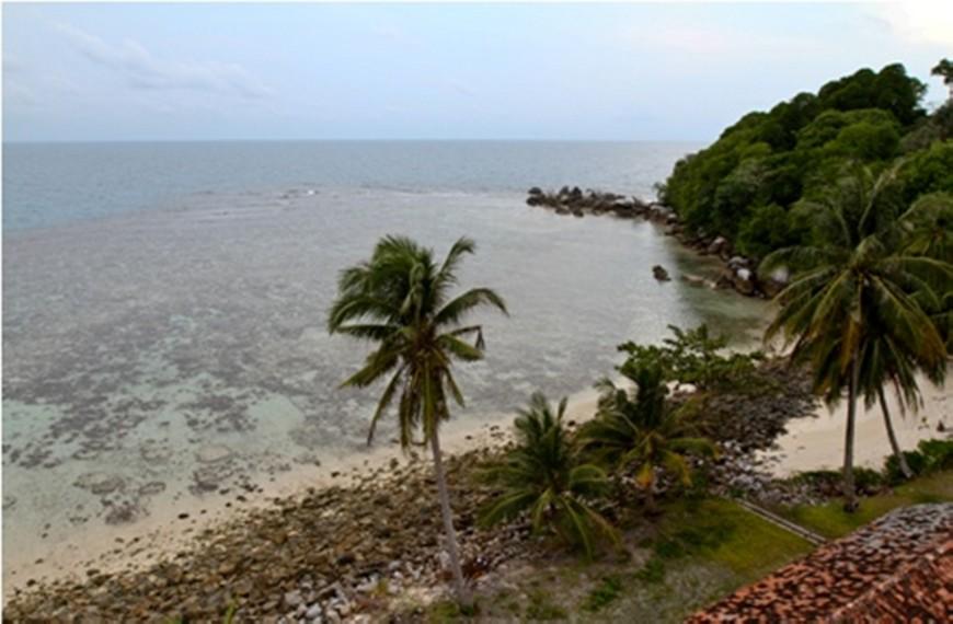 Salah satu sisi Pulau Lengkuas dilihat dari atas mercusuar