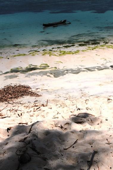 Belum banyaknya wisatawan yang berkunjung membuat Pantai Lemo-Lemo terlihat masih alami