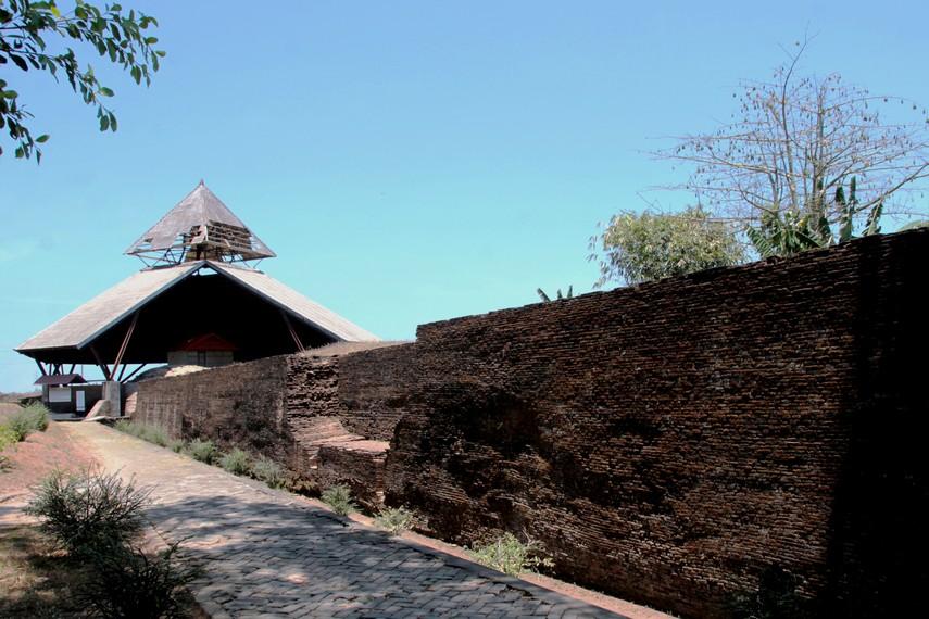 Benteng Somba Opu terletak di  Kelurahan Somba Opu, Kecamatan Barrongbong