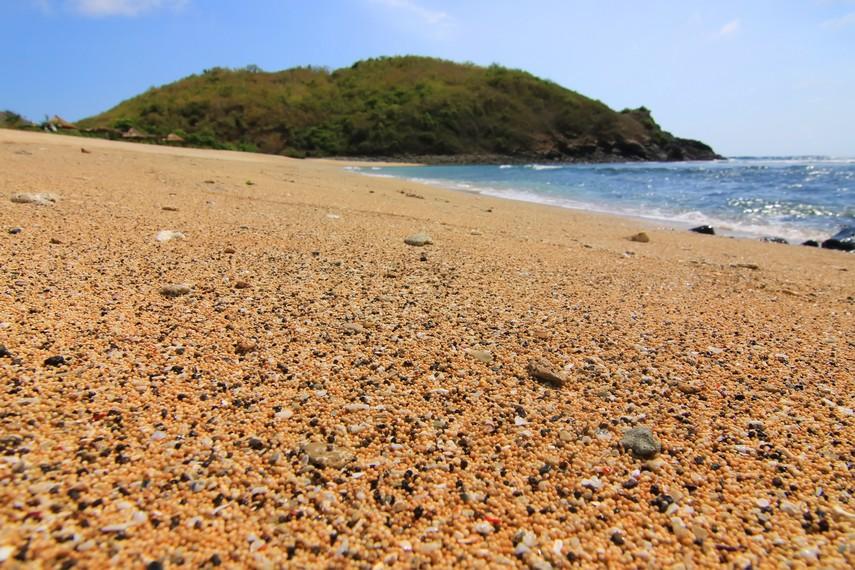 Bentuk pasir di Pantai Mawi sekilas menyerupai biji merica