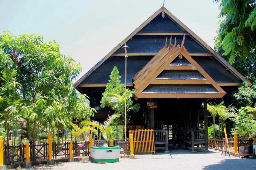 Bentuk rumah adat kajang, salah satu rumah tradisional Suku Bugis