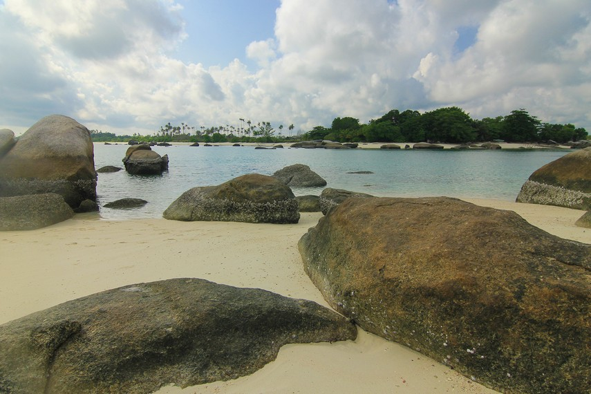 Berada di tengah-tengah pulau berpasir putih dengan banyak batu granit tentu memberikan kesan tersendiri