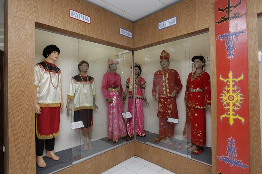 Berbagai jenis pakaian dari seluruh daerah di Indonesia