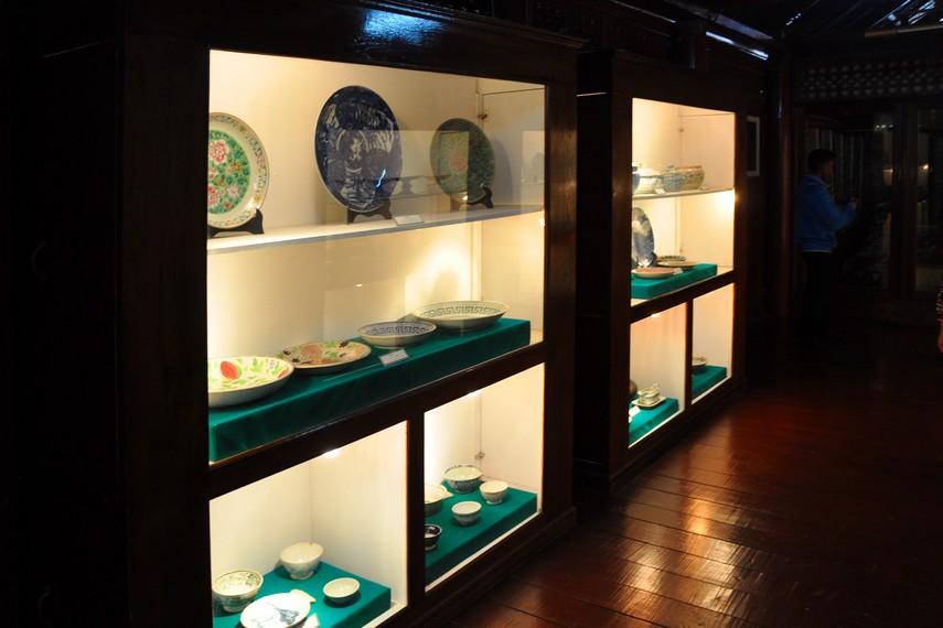Berbagai koleksi piring keramik kuno yang dipamerkan dalam Rumoh Aceh