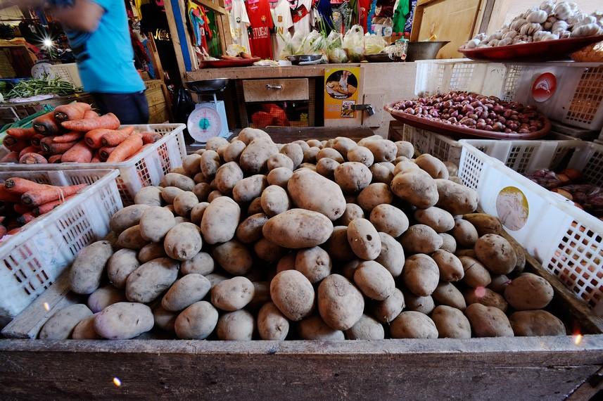 Berbagai macam kebutuhan yang dijual di Pasar Hamadi