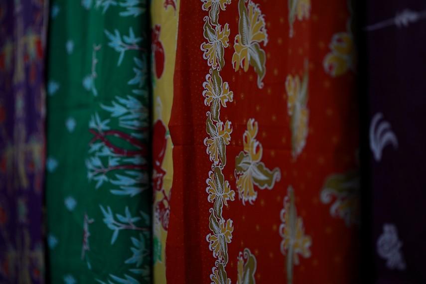 Berbagai motif Batik Ternate yang berupa burung bidadari, Pohon Kelapa, atau pala serta cengkeh