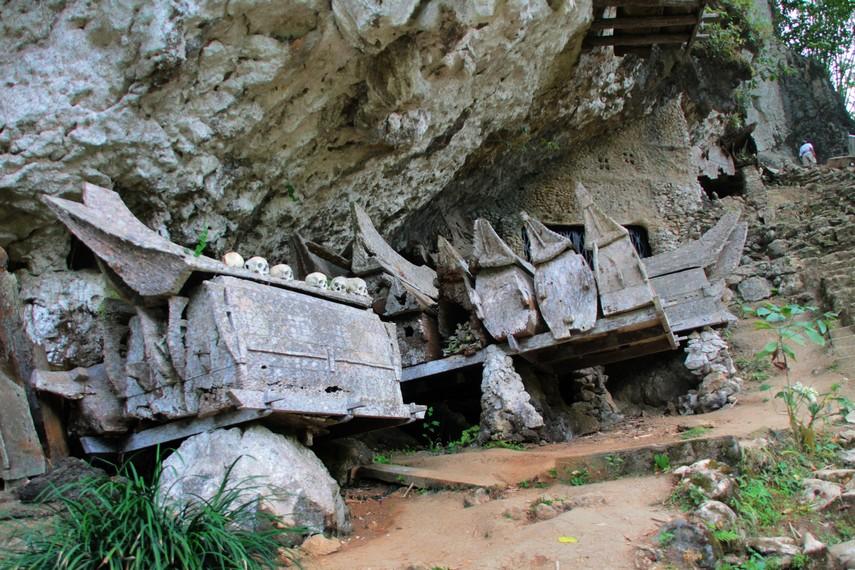 Berbagai peti mati berusia tua di desa adat Kete Kesu yang sengaja diletakkan pada rongga bukit