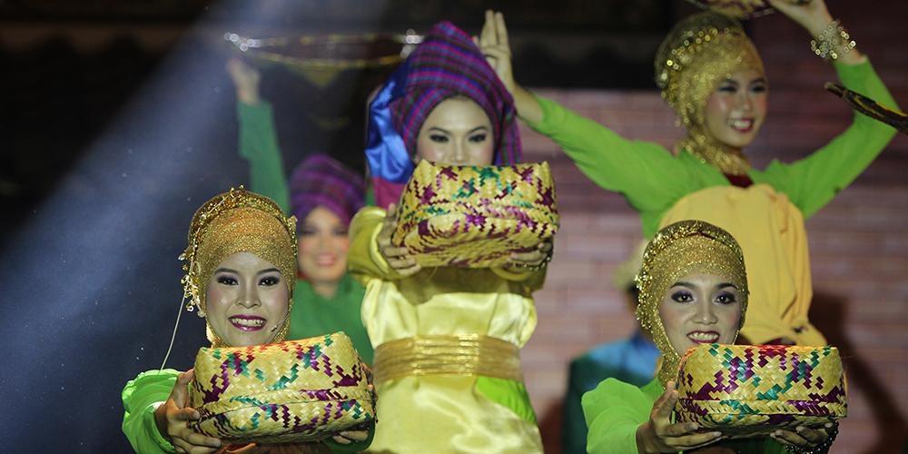 Bergotong-Royong_Mengumpulkan_Beras_dalam_Tradisi_Bebehas.jpg