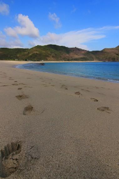 Berjalan di pinggir Pantai Mawun sambil menikmati sejuk nya angin pantai menjadi hal yang menyenangkan