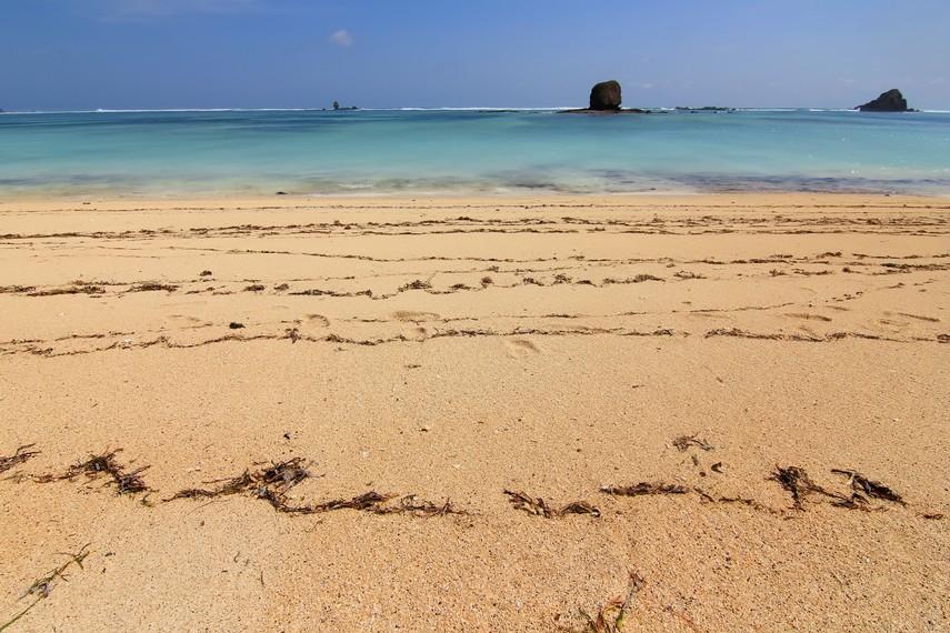 Pantai Seger berjarak 57 km atau sekitar 50 menit perjalanan dari Kota Mataram
