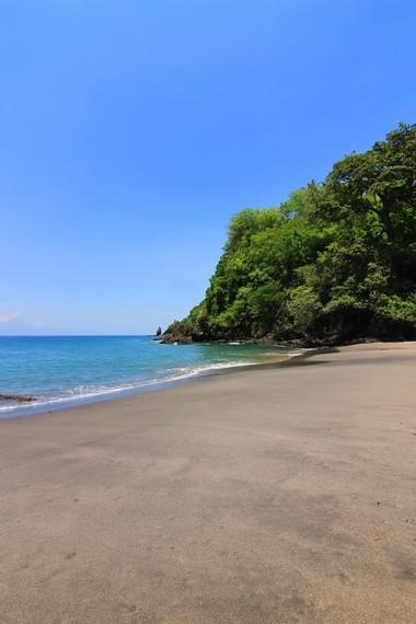 Berjemur dan berenang menjadi kegiatan yang menyenangkan di Pantai Malimbu