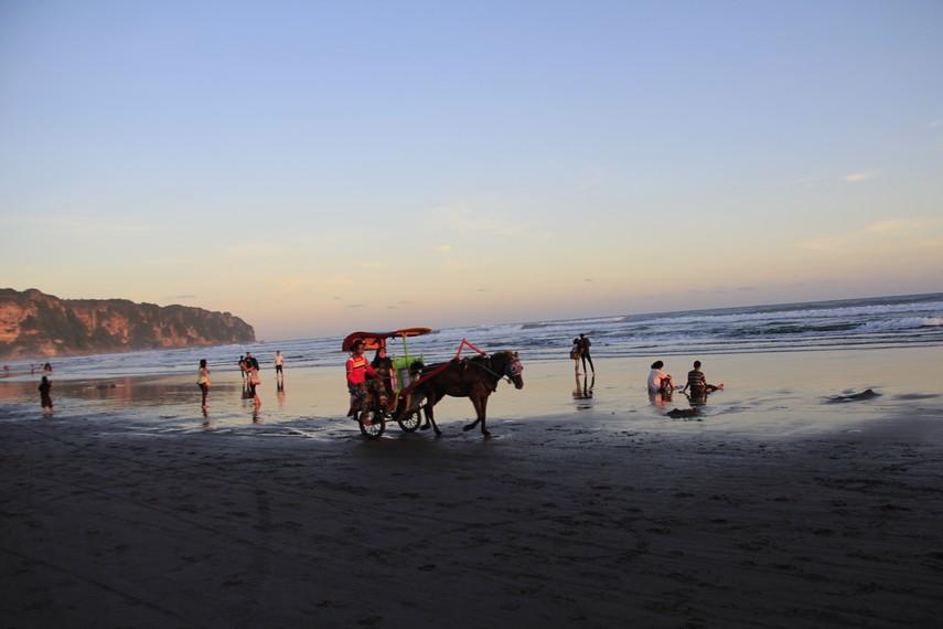 Pengunjung bisa merasakan berkeliling pantai menggunakan andong