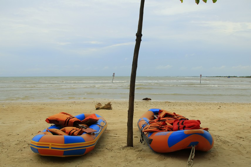 Bermain perahu karet bisa menjadi pilihan tepat di pantai ini