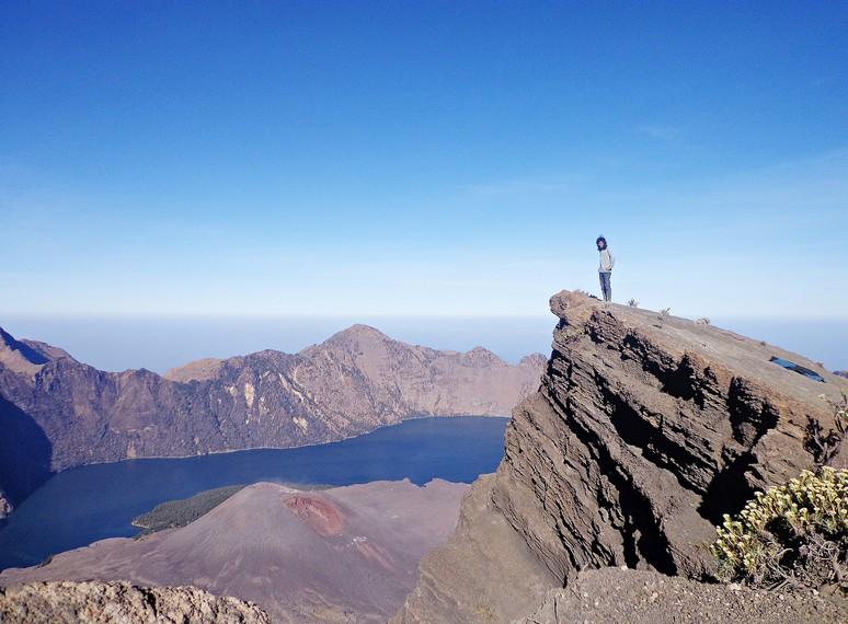 Berpose di puncak Gunung Rinjani