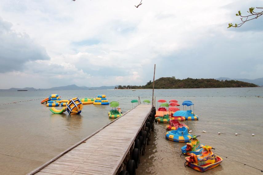 Bersantai di pinggir dermaga menikmati tenang nya air laut di Pantai Mutun menjadi kenyamanan tersendiri