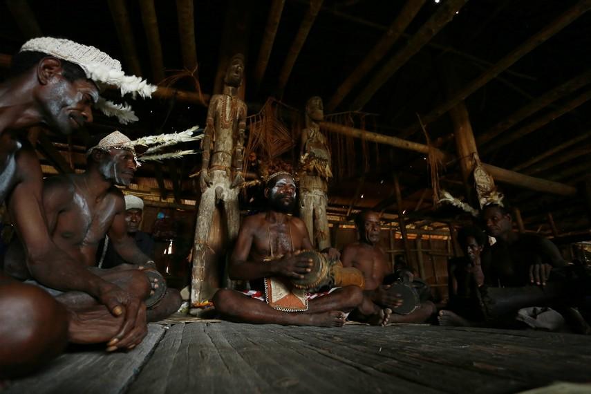 Biasanya, tifa digunakan untuk mengiringi nyanyian dalam kelompok pria