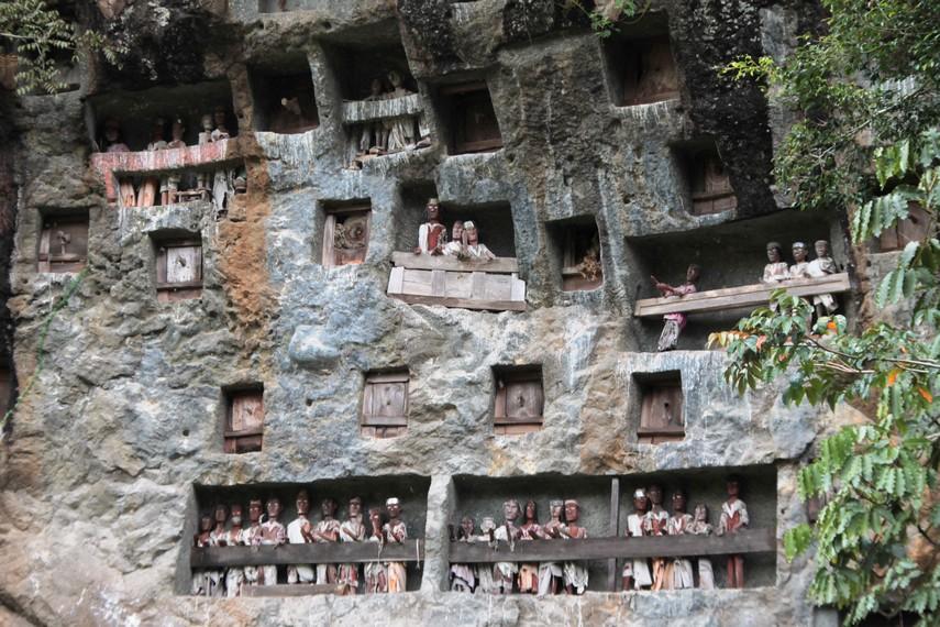 Boneka Tau Tau di situs kubur Batu Lemo