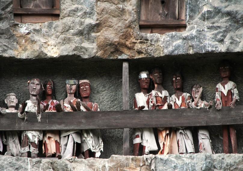 Boneka Tau Tau dibuat mirip dengan jenazah yang dimakamkan didalam batu