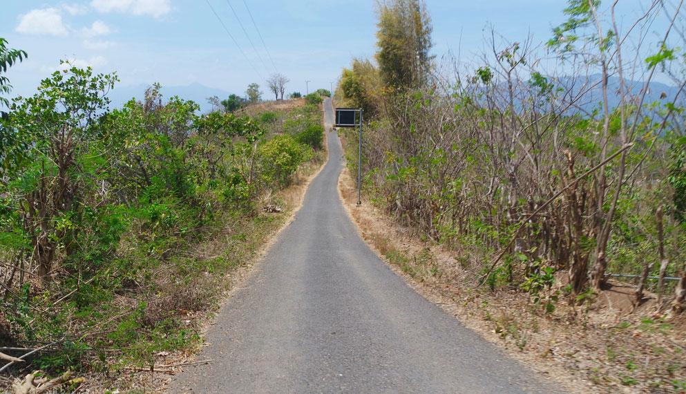 Bukit Nilo, hanya berjarak 16 kilometer dari Kota Maumere. Wisatawan bisa mengendarai mobil maupun sepeda motor