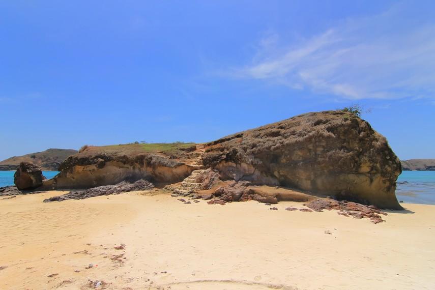 Bukit di Tanjung Aan yang dapat dinaiki oleh para pengunjung
