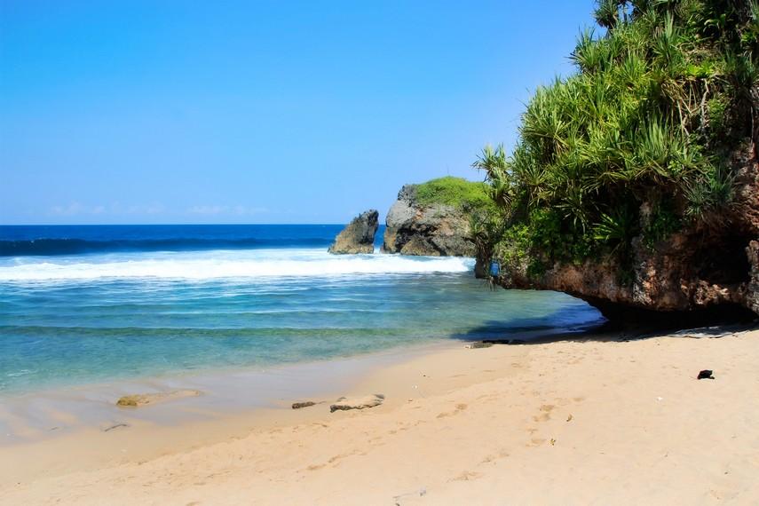 Bukit karang banyak kita jumpai di sekitar Pantai Kukup