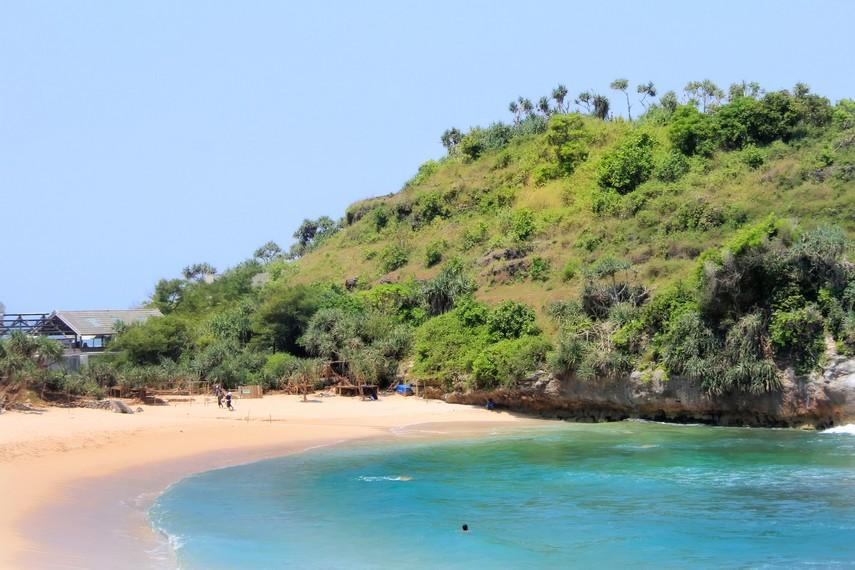 Bukit karang yang ada disekitar pantai menjadi pemandangan menarik di Pantai Indrayanti