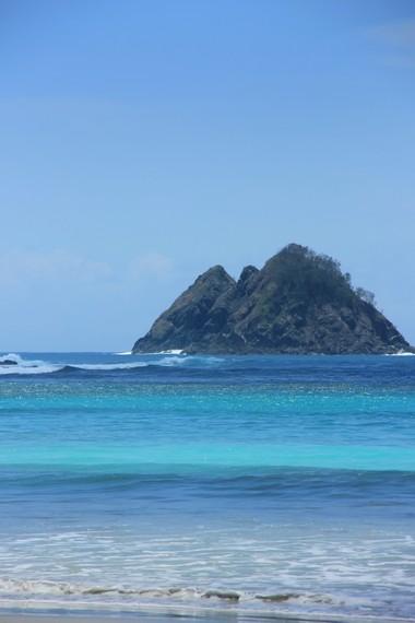 Bukit karang yang timbul di tengah pantai menjadi lanskap yang indah untuk pecinta fotografi