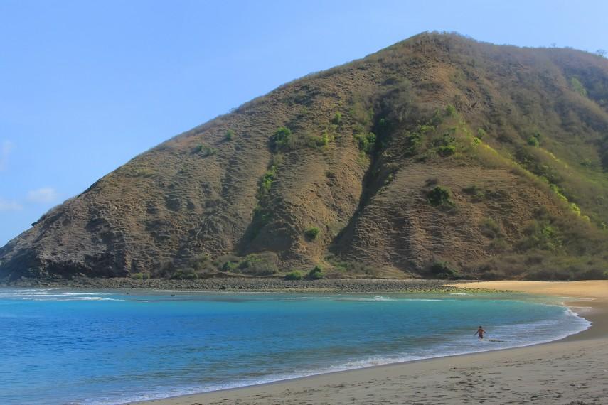 Bukit yang menghiasi pantai dapat didaki oleh pengunjung Pantai Mawun