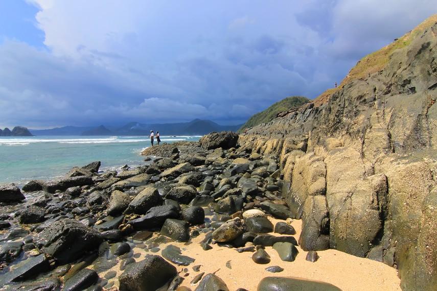 Bukit yang menjadi batas sisi Pantai Mawi yang dapat dinaiki wisatawan