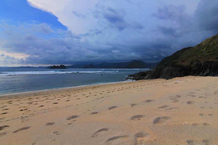 Bulan Mei sampai Oktober menjadi waktu yang tepat berkunjung ke pantai ini karena ombaknya besar