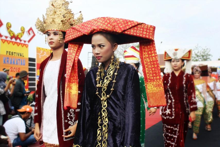 Busana para Mirul (wanita yang telah menikah) di Provinsi Lampung