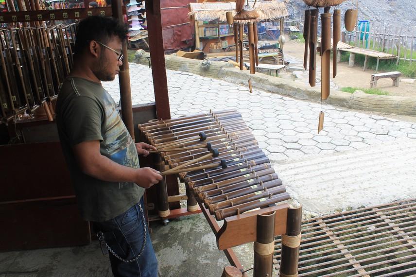 Calung adalah alat musik yang berasal dari tanah sunda