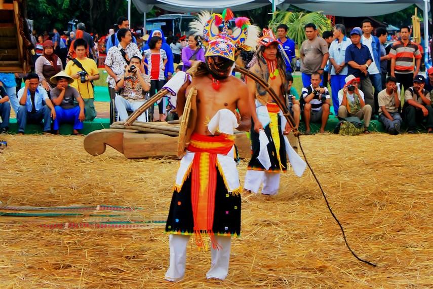 Cambuk penari caci mempunyai panjang sekitar 2 meter, terbuat dari rotan yang disambung dengan sabut kelapa pada bagian ujungnya