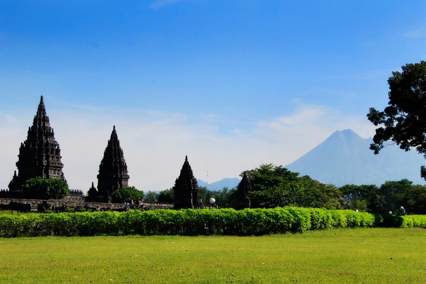 Candi Prambanan dengan latar belakang pemandangan Gunung Merapi