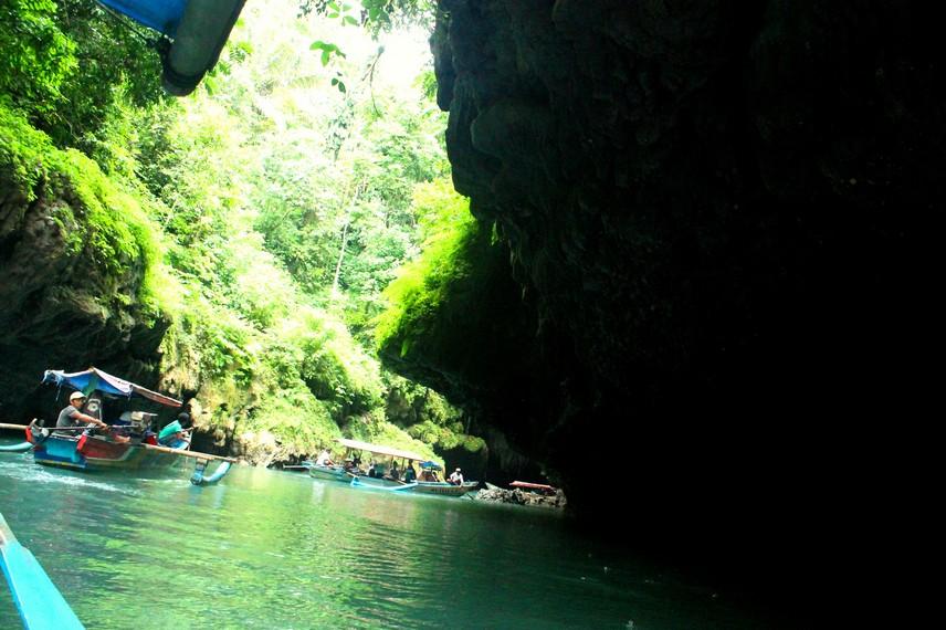 Celah sempit menuju ke mulut gua Cukang Taneuh hanya dapat dilewati oleh satu perahu secara bergantian